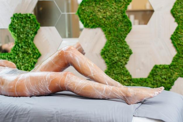 Nogi młodej dziewczyny z bliska podczas zabiegu kosmetycznego w nowoczesnym salonie kosmetycznym. zabiegi spa w gabinecie kosmetycznym.
