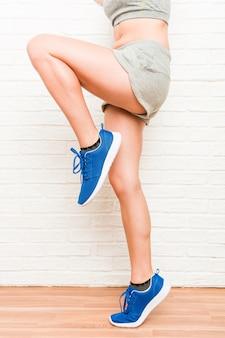 Nogi młodej kobiety sportowy kaukaski