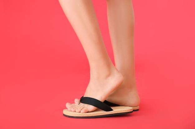 Nogi młodej kobiety w japonki na kolor