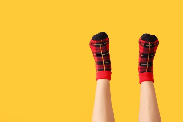 Nogi młodej kobiety w skarpetkach