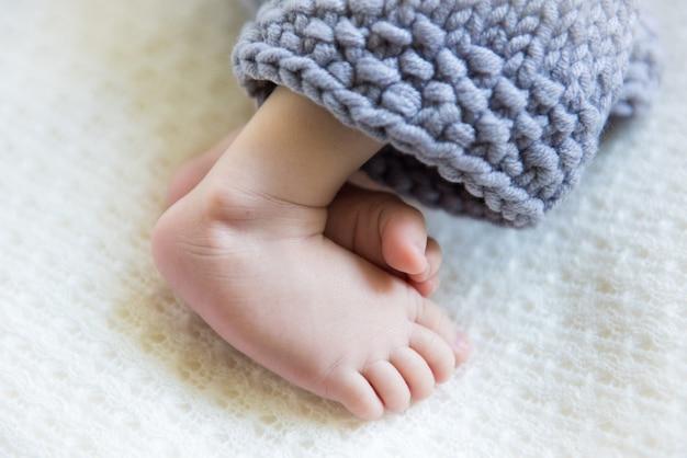 Nogi niemowlęcia w niebieskich spodniach z białą osłoną