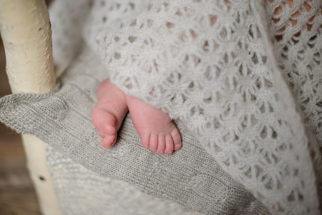 Nogi noworodka w wieku ośmiu dni w pięknym stroju, który śpi ślicznie