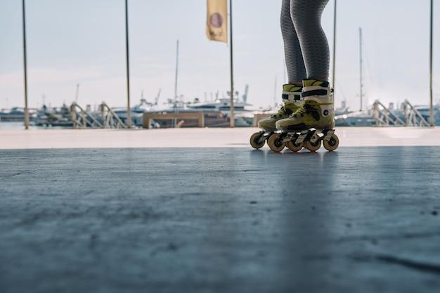 Nogi osoby jeżdżącej na łyżwach