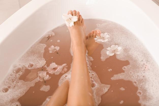 Nogi piękna młoda kobieta relaks w wannie