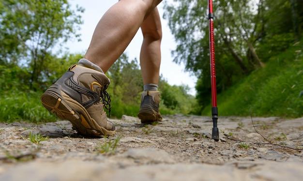 Nogi podróżnika, kobieta idzie ścieżką