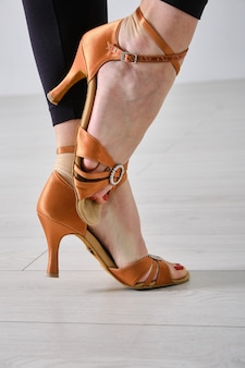Nogi profesjonalnej tancerki towarzyskiej z bliska. profesjonalne buty do tańca towarzyskiego