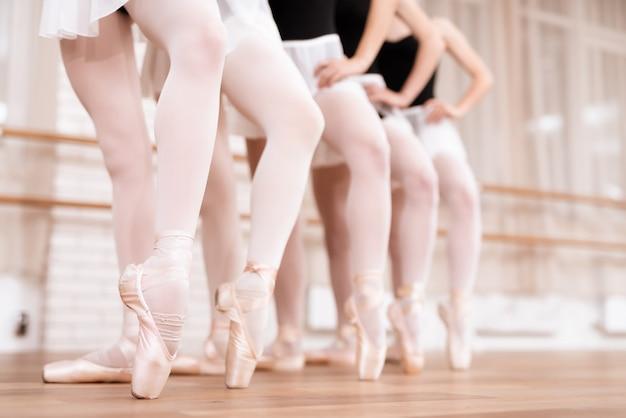 Nogi profesjonalnych tancerzy baletowych w klasie.
