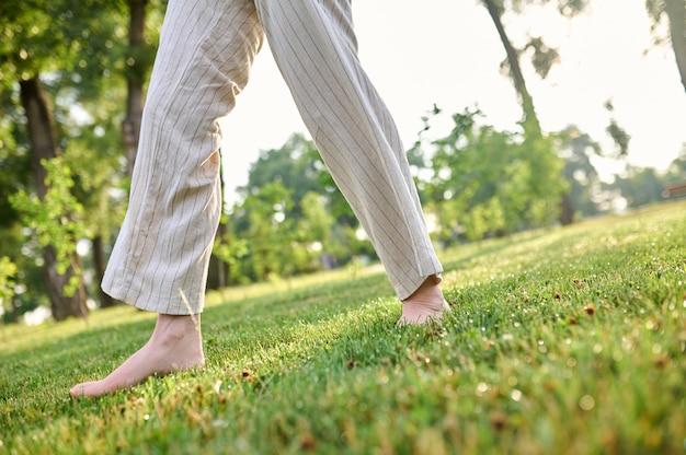 Nogi szczęśliwej kobiety chodzącej boso