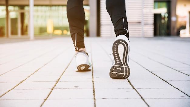 Nogi uprawne biegną po ulicy