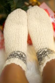 Nogi w skarpetkach przy choince na karczmie