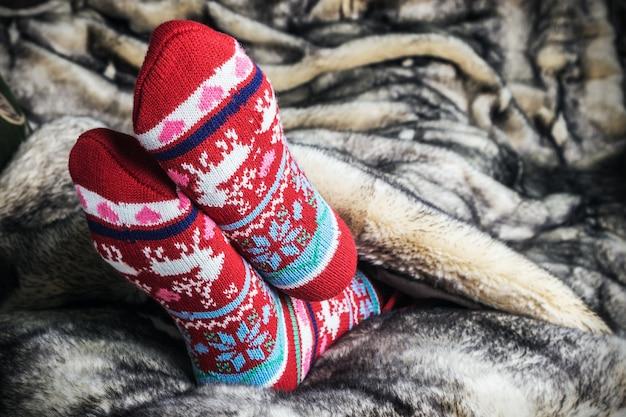 Nogi w skarpetkach świątecznych