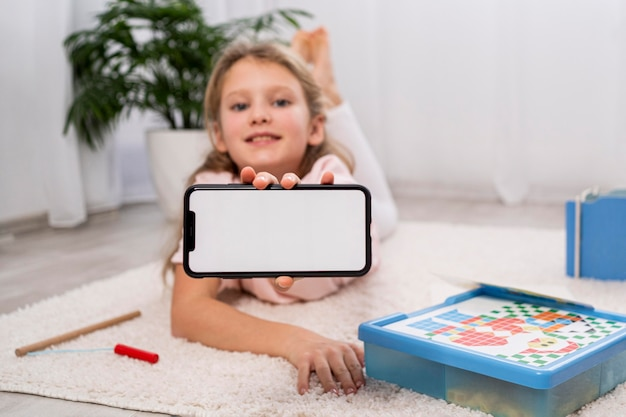 Non-binarne dziecko bawiące się w domu