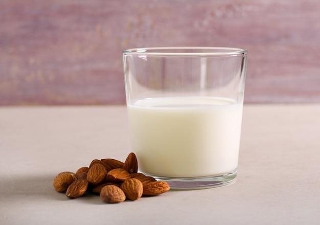 Non-mleczne mleko migdałowe w szkle na drewnianym tle
