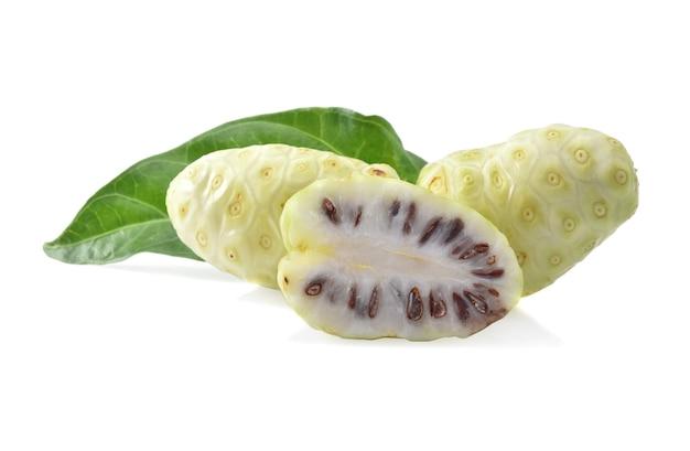 Noni lub morinda citrifolia i plasterek na białym tle.