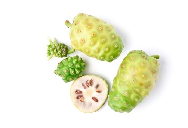 Noni lub morinda citrifolia owoce z plastrami na białym tle