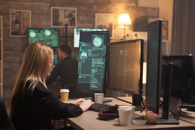 Nonkonformistyczna hakerka, która wraz ze swoim zespołem tworzy złośliwe oprogramowanie.
