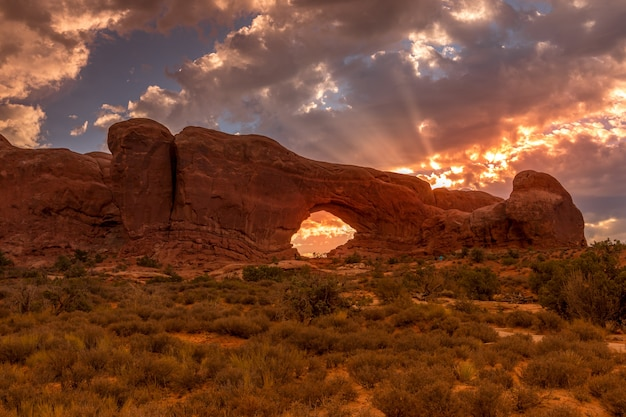 North window arch o wschodzie słońca w arches national park, utah, usa