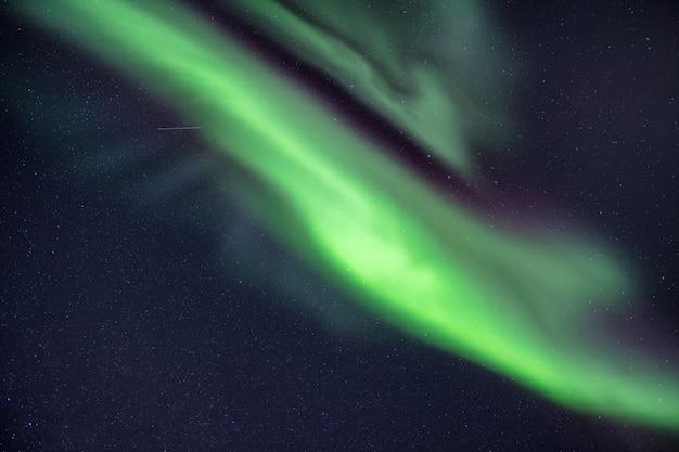 Northern lights, aurora borealis z gwiazdami na nocnym niebie