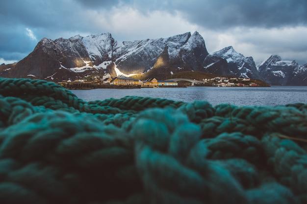 Norwegia rorbu domy i góry skały nad fiordowym krajobrazem skandynawski trave