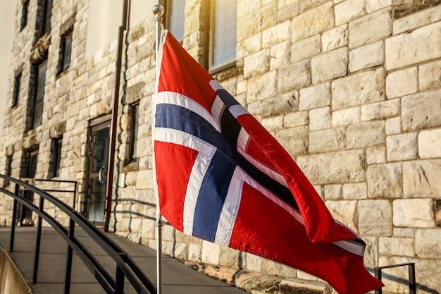 Norweska flaga, ceglany mur domu