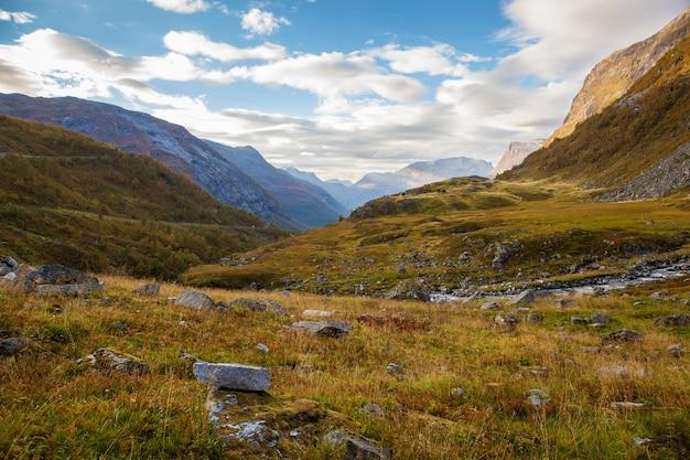 Norweski górski krajobraz jesień w pobliżu geiranger