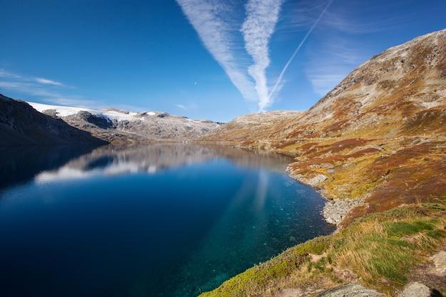 Norweski górski krajobraz jesień z jeziorem