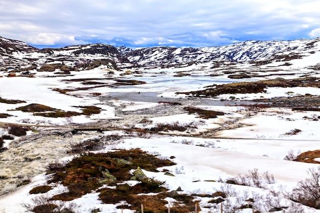 Norweski zimowy krajobraz: góra i rzeka