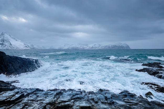 Norweskie fale morskie na skalistym wybrzeżu lofotów norwegia