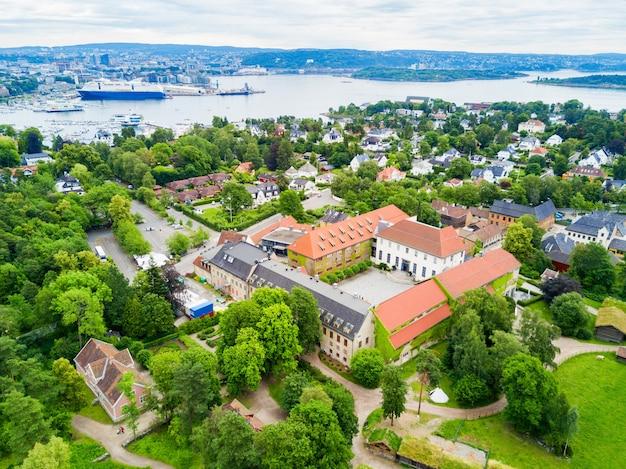 Norweskie muzeum historii kultury lub panoramiczny widok z lotu ptaka norsk folkemuseum na półwyspie bygdoy w oslo, norwegia