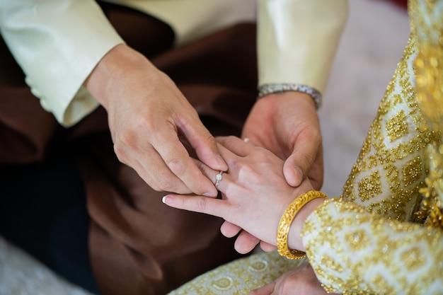 Nosić pierścionek, obrączkę, zakochaną parę