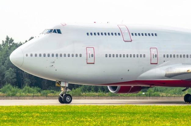 Nosowy pilot kokpitu dwupiętrowego samolotu na pasie startowym na lotnisku.