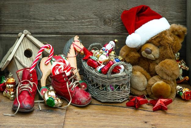 Nostalgiczna świąteczna dekoracja z zabytkowymi zabawkami na drewnianym tle. obraz w stylu retro!