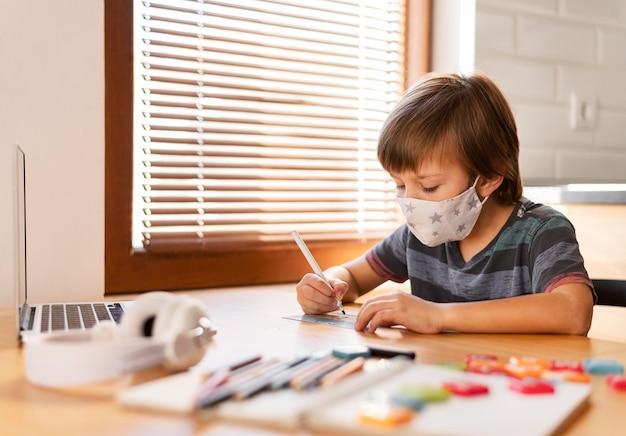Noszenie maski medycznej i uczenie się poprzez wirtualne zajęcia