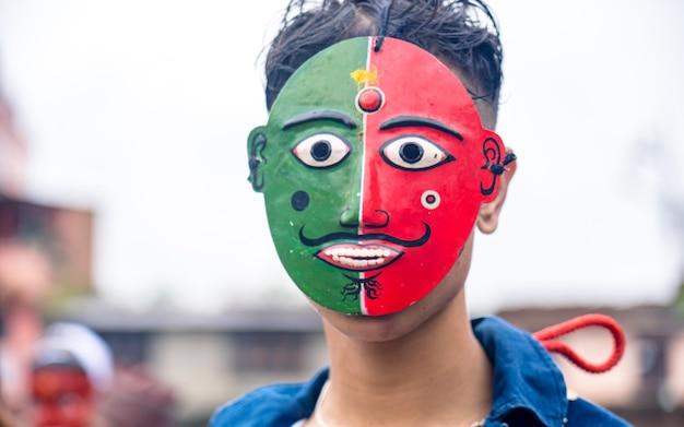 Noszenie Maski Na Twarzy Podczas Festiwalu Gaijatra W Katmandu Nepal Premium Zdjęcia