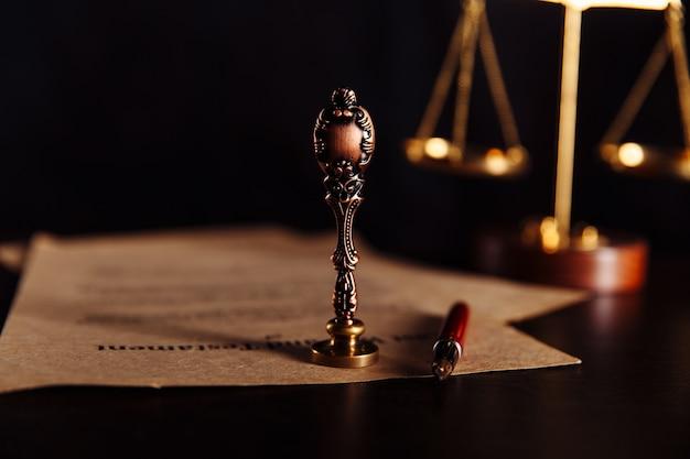 Notariusz, adwokat. pojęcie prawa z pieczęcią na sali sądowej