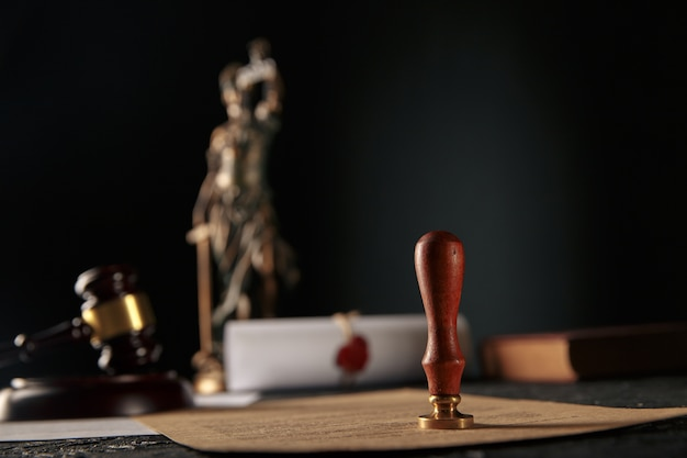 Notariusz i pieczęć notariusza na testamencie i testamencie.