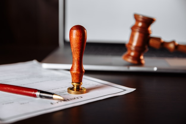 Notariusz notarialny i pieczęć na testamencie i kontrakcie. narzędzia notarialne