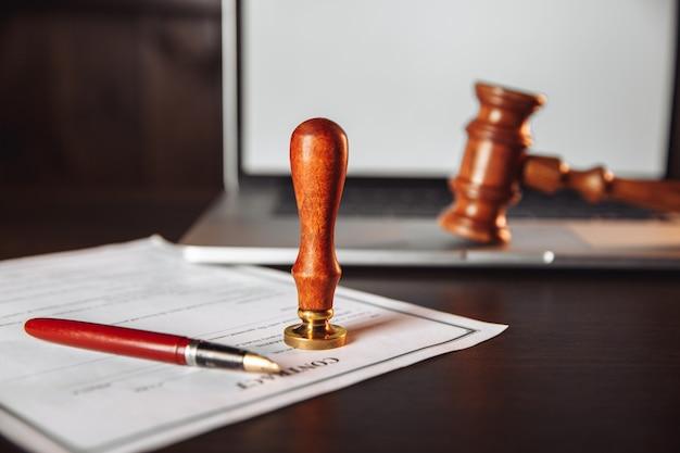 Notariusz notarialny i pieczęć na testamencie i kontrakcie.