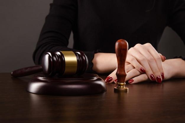 Notariusz podpisuje umowę z wiecznym piórem w koncepcji ciemnego pokoju. długopis biznes prawnik prawnik prawnik notariusz