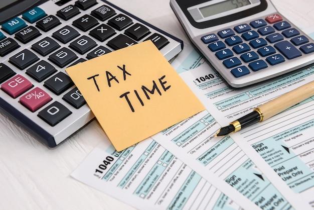 """Notatka """"czas podatkowy"""" na indywidualnym formularzu podatkowym 1040"""