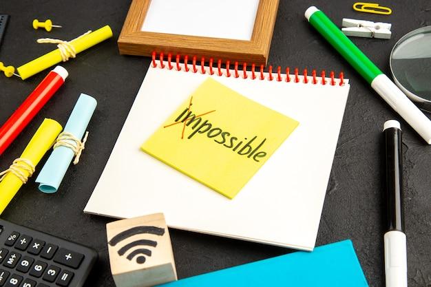 Notatka motywacyjna z widokiem z przodu z kolorowymi ołówkami