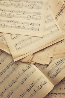 Notatki muzyczne na starych papierowych kartkach