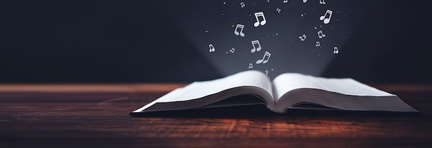Notatki na otwartej książce na ciemnej powierzchni