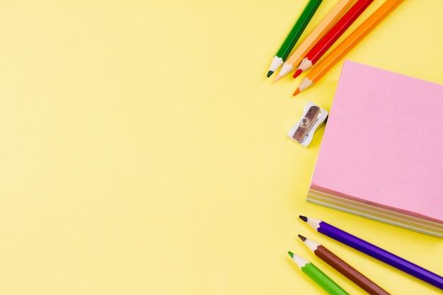 Notatki ołówkami na żółtym tle.