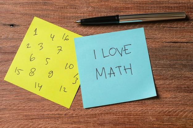 Notatki pisane cyframi i i love math na drewnianej tablicy