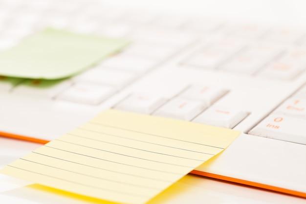 Notatki postit na klawiaturze