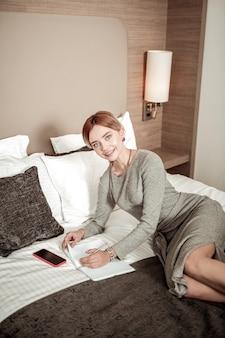 Notatki przed spotkaniem. młoda, ale odnosząca sukcesy bizneswoman robi notatki przed ważnym spotkaniem