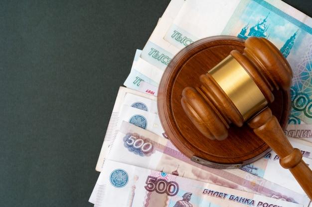 Notatki rosyjskich rubli z młotkiem sędziego. koncepcja korupcji