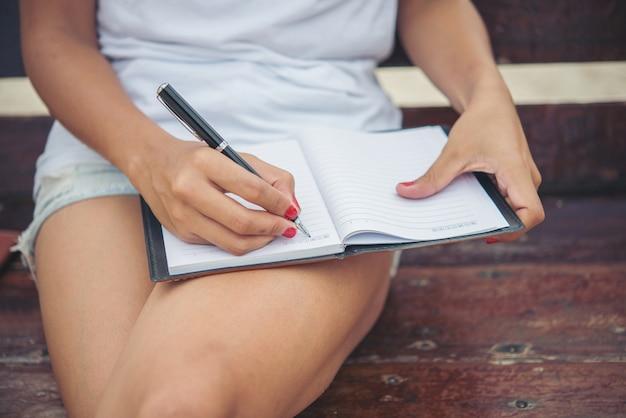 Notatnik białego dziennika closeup write