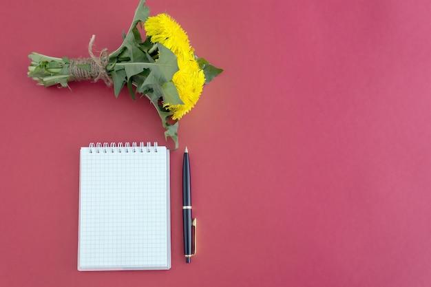 Notatnik długopis bukiet żółtych mleczy